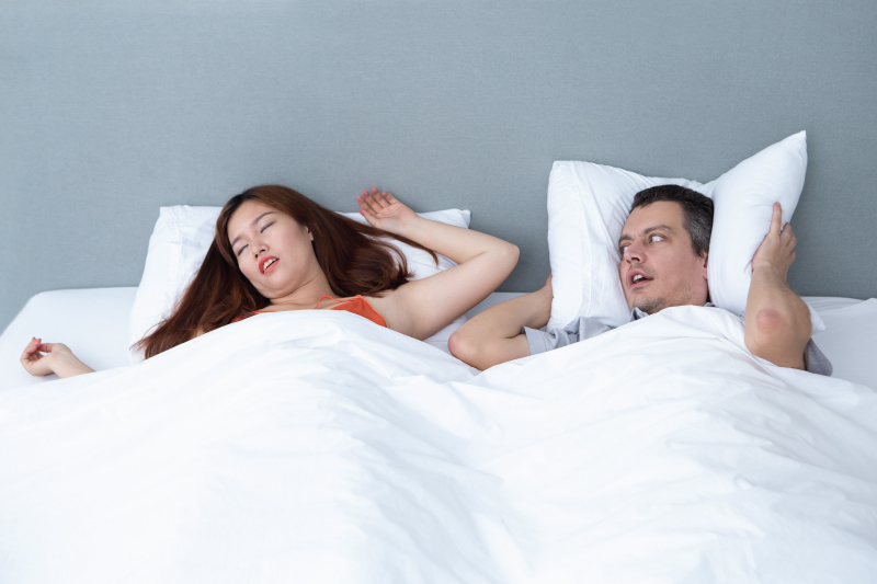 Cosa sono le apnee notturne? Russamento e complicazioni.